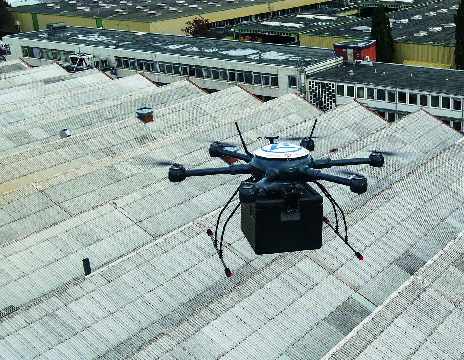 Automatisierte Lieferdrohne über den Dächern der Werkshallen des ZF-Werks in Friedrichshafen.