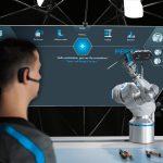 Der Mensch kann den BionicCobot über Bewegung, Berührung oder über die Sprache intuitiv steuern. (Foto: Festo AG & Co. KG) Bild_groß (.tif,5276 KB)