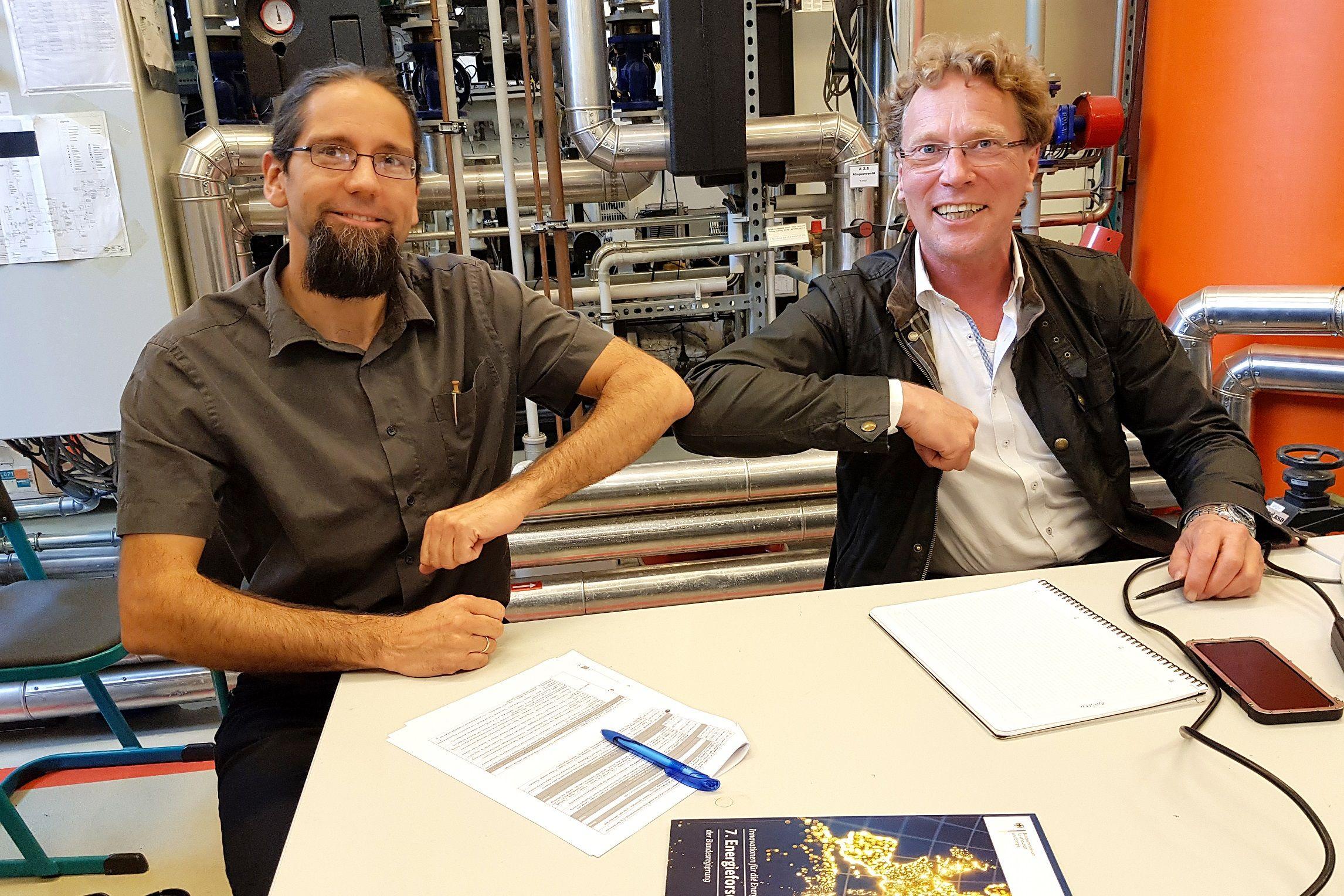 Johannes Gulden, Leiter des Instituts für Regenerative EnergieSysteme, und Christian Schweitzer, Geschäftsführer der bse Engineering Leipzig GmbH, ist die Produktion von Methanol aus Wasserstoff und Kohlendioxid gelungen. Dr. Jane Brückner Hochschule Stralsund