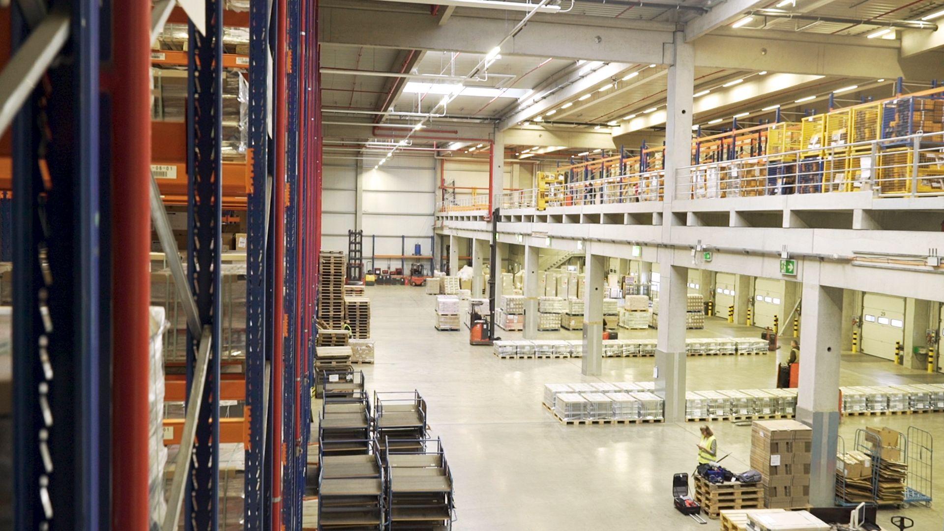 Hochregal- oder Bodenlager? Die Georg Ebeling Spedition GmbH nutzt beide Lagersysteme. Welche Technik sich für welchen Anwendungsfall eignet, können Unternehmen mit dem kostenlosen Software-Demonstrator des IPH herausfinden. Foto: Beatrix Kamlage, IPH