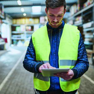 Die Abrufbarkeit von Daten in Echtzeit ermöglicht dem Fertigungsleiter immer und überall die Kontrolle über die Produktion.