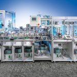 Diese smarte Modellfabrik in Karlsruhe ist über das Smart Factory Web in Echtzeit mit Fabriken in Lemgo und Korea vernetzt.